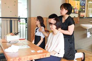 箕面駅での「足湯&ゆずレスキューローションを使ったケア」(5月20 / 21日)